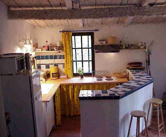 Blick auf den Kochbereich in der Küche, noch ohne den neuen Dunstabzug.